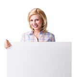 Mulher que guarda um cartão branco vazio na frente dela Fotografia de Stock Royalty Free