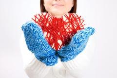 Mulher que guarda um coração tecido do Valentim Fotos de Stock