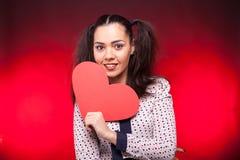 Mulher que guarda um coração vermelho do papper nas mãos Imagens de Stock Royalty Free