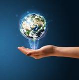 Mulher que guarda um globo de incandescência da terra Imagem de Stock Royalty Free