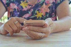 Mulher que guarda um smartphone, close-up fotos de stock