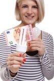 Mulher que guarda uma ampola eco-amigável Fotografia de Stock Royalty Free
