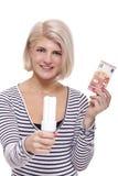 Mulher que guarda uma ampola eco-amigável Imagem de Stock