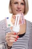 Mulher que guarda uma ampola eco-amigável Imagens de Stock Royalty Free