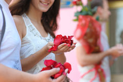 Mulher que guarda uma braçada das pétalas cor-de-rosa fotos de stock royalty free