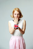 Mulher que guarda uma caixa de presente aberta da joia Fotografia de Stock Royalty Free