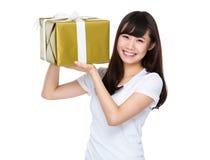 Mulher que guarda uma caixa de presente grande Fotografia de Stock Royalty Free