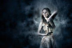 Mulher que guarda uma lanterna da vela Fotografia de Stock Royalty Free