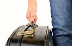 Mulher que guarda uma mala de viagem velha fotografia de stock royalty free