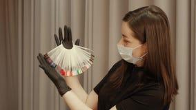 Mulher que guarda uma paleta multi-colorida vídeos de arquivo