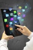 Mulher que guarda uma tabuleta com apps e ícones de flutuação coloridos modernos Foto de Stock Royalty Free