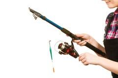 Mulher que guarda a vara de pesca com flutuador foto de stock