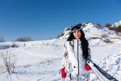 Mulher que guardam esquis e Polos na montanha nevado Fotos de Stock Royalty Free