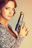 Mulher que guardara a arma foto de stock royalty free