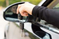 Mulher que guardara as chaves de ignição de um carro Imagem de Stock Royalty Free