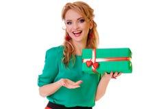Mulher que guardara a caixa de presente Foto de Stock