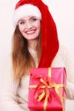 Mulher que guardara a caixa de presente Tempo do Natal Imagem de Stock