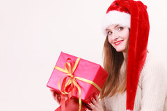 Mulher que guardara a caixa de presente Tempo do Natal Fotos de Stock