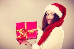 Mulher que guardara a caixa de presente Tempo do Natal Foto de Stock