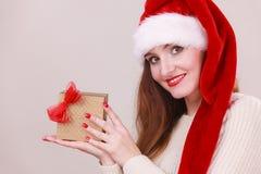 Mulher que guardara a caixa de presente Tempo do Natal Foto de Stock Royalty Free