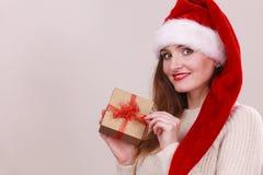 Mulher que guardara a caixa de presente Tempo do Natal Fotos de Stock Royalty Free