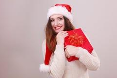 Mulher que guardara a caixa de presente Tempo do Natal Imagem de Stock Royalty Free