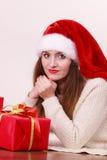 Mulher que guardara a caixa de presente Tempo do Natal Fotografia de Stock Royalty Free