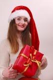 Mulher que guardara a caixa de presente Tempo do Natal Imagens de Stock