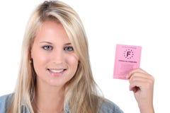 Mulher que guardara a carta de condução francesa Imagens de Stock Royalty Free