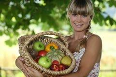 Mulher que guardara a cesta de vime Imagem de Stock Royalty Free