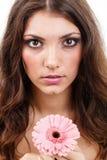 Mulher que guardara flores Imagem de Stock Royalty Free
