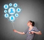 Mulher que guardara o balão social da rede Imagem de Stock Royalty Free