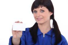 Mulher que guardara o cartão Imagem de Stock Royalty Free