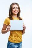 Mulher que guardara o cartão do blanc Imagem de Stock Royalty Free
