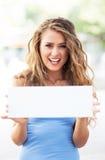 Mulher que guardara o cartão vazio Imagens de Stock Royalty Free