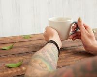 Mulher que guardara o copo quente do chá Foto de Stock Royalty Free
