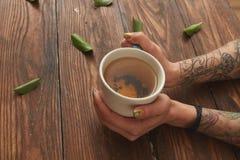 Mulher que guardara o copo quente do chá Imagem de Stock Royalty Free