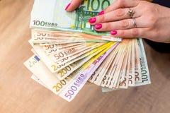 Mulher que guardara o dinheiro Imagem de Stock