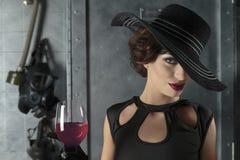 Mulher que guardara o vidro de vinho Imagem de Stock Royalty Free