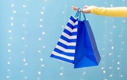 Mulher que guardara sacos de compras fotografia de stock royalty free