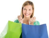 Mulher que guardara sacos de compras ao sorrir foto de stock