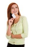 Mulher que guardara seu cartão de visita foto de stock