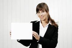 Mulher que guardara um cartão vazio imagem de stock