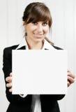 Mulher que guardara um cartão vazio imagens de stock