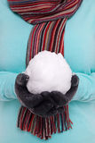 Mulher que guardara um snowball. Fotografia de Stock