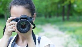 Mulher que guardara uma câmera imagem de stock