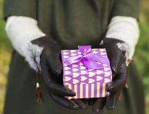 Mulher que guardara uma caixa de presente Fotos de Stock Royalty Free