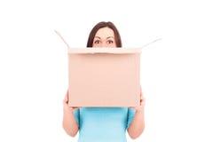 Mulher que guardara uma caixa Imagem conservada em estoque Imagem de Stock