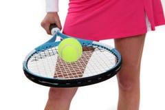 Mulher que guardara uma raquete de tênis Fotografia de Stock Royalty Free