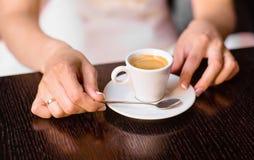 Mulher que guardara a xícara de café quente fotografia de stock royalty free